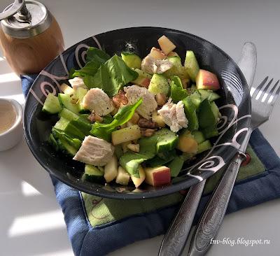 Салат с курицей, шпинатом, яблоком
