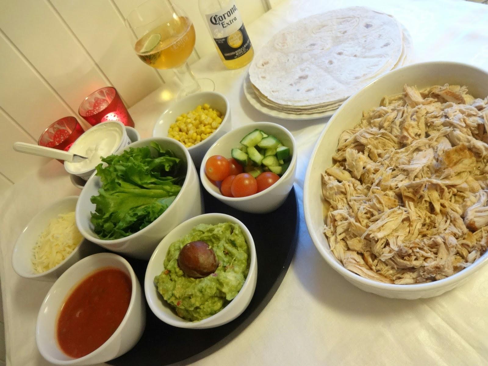 53d93e8c Supermør kylling, kokt i slowcooker med hjemmelaget tacokrydder. Serveres  med ønsket tilbehør og ett 'must' hjemmelaget Guacamole ! Server gjerne ett  glass ...