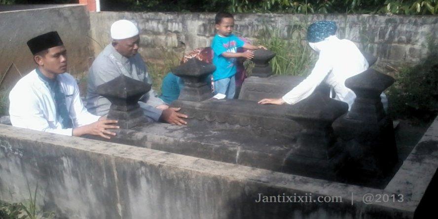 Ziarah Kubur pasca Sholat Ied di makam Janti