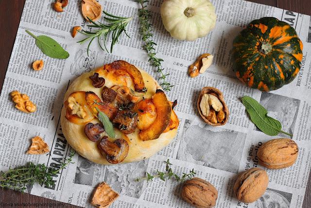 Pizzette con scamorza, funghi e zucca