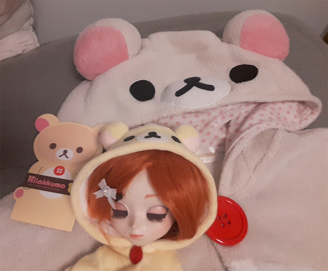 Kigurumi de pessoa, kigurumi de boneca e papeis adesivos todos do Rilakkuma