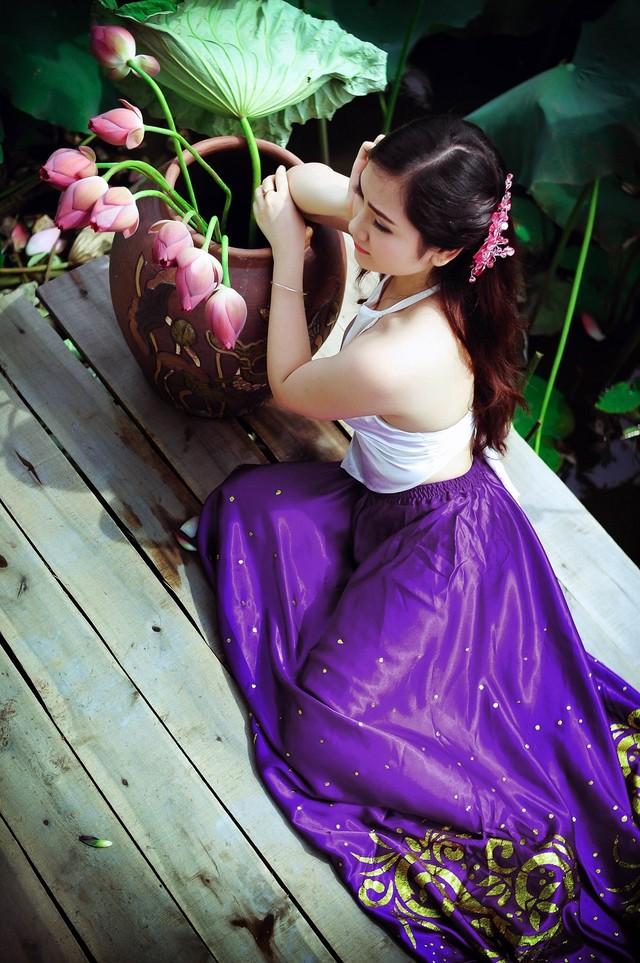Vietnamese Beautiful Girls with Ao Yem and Lotus