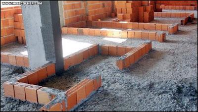 primeira fiada de tijolos de uma parede