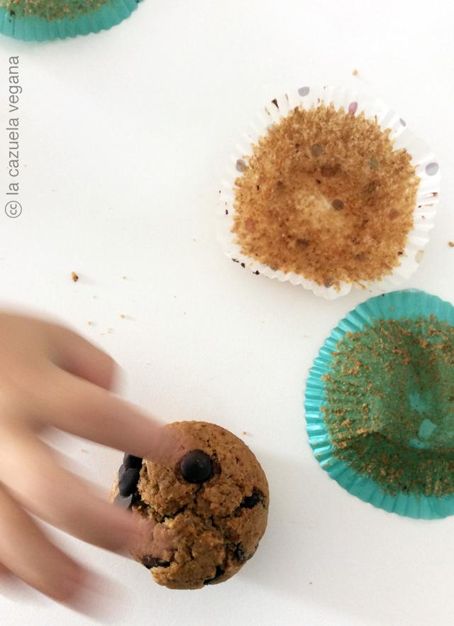 Magdalenas veganas de espeltacon chips de chocolate y avellanas. Muffins veganos espelta.