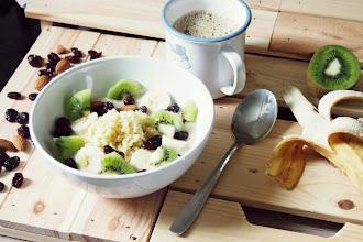 Kasza jaglana na śniadanie - przepis na jaglankę z owocami, orzechami  i mlekiem roślinnym
