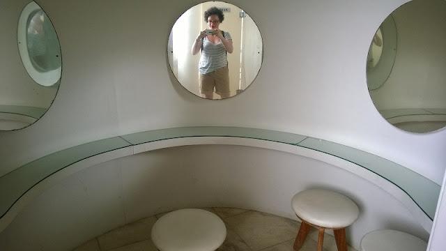 Carina Pedro no Toalete do Museu de Arte da Pampulha, antigo Cassino da Pampulha (Belo Horizonte, MG)