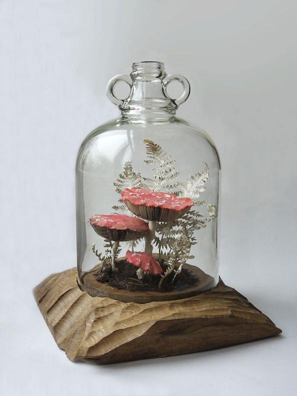 Hongos y esculturas florales producidos a partir de papel reciclado por Kate Kato