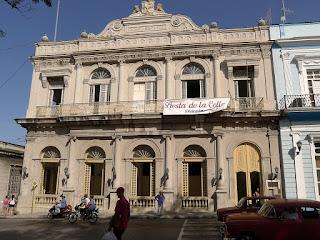 Kuba, Matanzas, Pueblo Viehjo, Casino Español; Fassade des neoklassizistischen Baus.