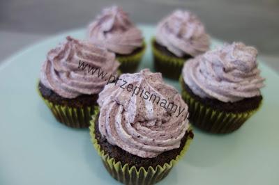 Muffinki czekoladowe z kremem jagodowym