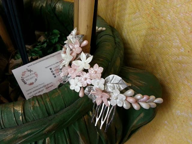 tocado para novia artesanal con hojas y flores realizado en porcelana fría