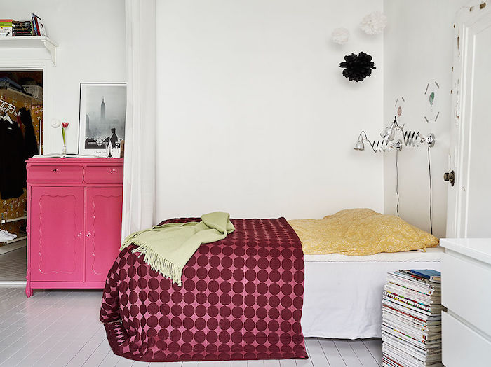 cama y cómoda antigua reciclada. Pintada en color rosa chicle