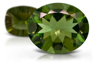 Gema de moldavita - piedra preciosa - facetada en forma oval