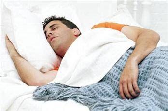 Sueños: hombre durmiendo en su cama