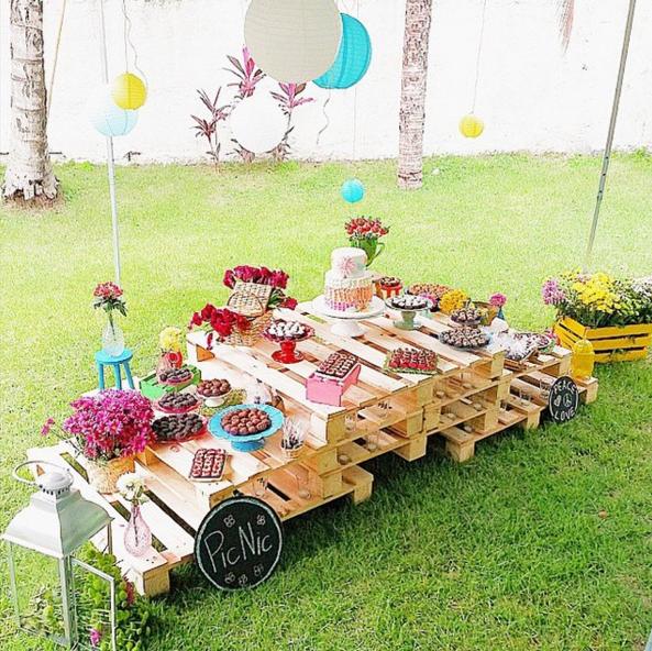 Los palets de madera como candy bar - Como decorar una mesa de jardin ...