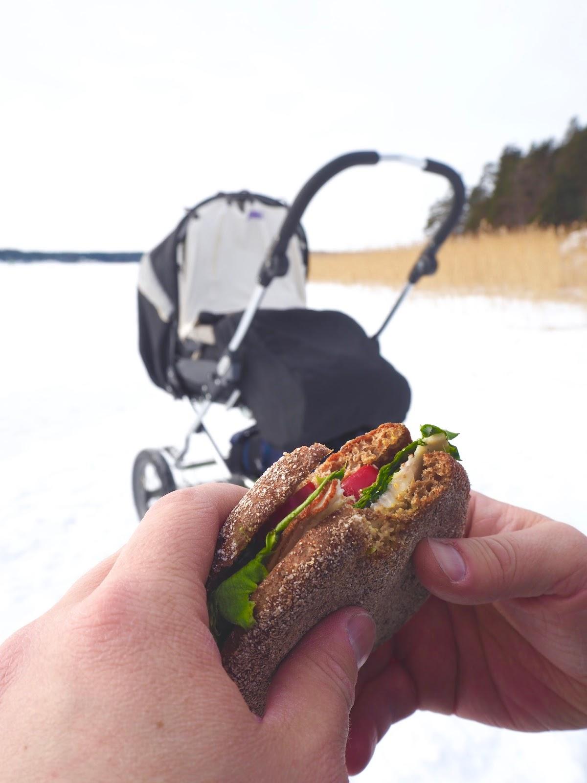 Mies syö eväitä Naantalin meren jäällä.