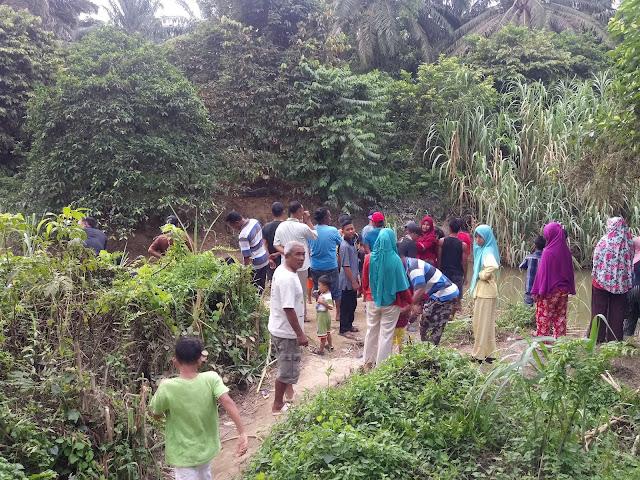 Warga berbondong-bondong menyaksikan sepasang buaya yang sedang menjaga telurnya di pinggir sungai Kundur Labuhanbatu.