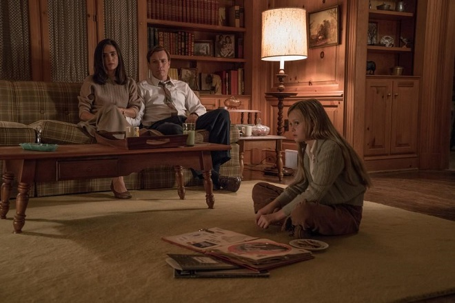 Amerikanische Vorstadtfamilie mit Kind.