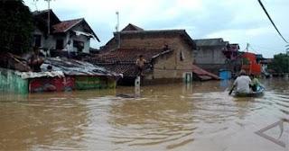 Banjir yang kerap terjadi di Kecamatan Baleendah akibat kawasan ini lebih rendah dari aliran sungai Citarum warga pun khawatir banjir terus naik mengingat intensitas hujan masih cukup tinggi
