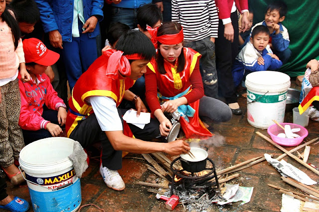 Rice cooking competitions (thi thoi com) in the festivals 1