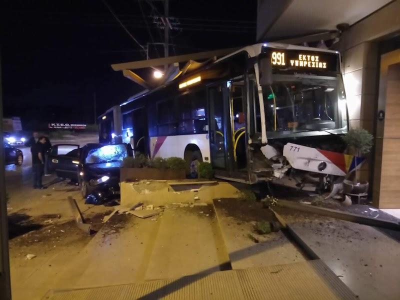 Η στιγμή που λεωφορείο του ΟΑΣΘ καταλήγει σε… καφετέρια, μετά από τροχαίο VIDEO!!