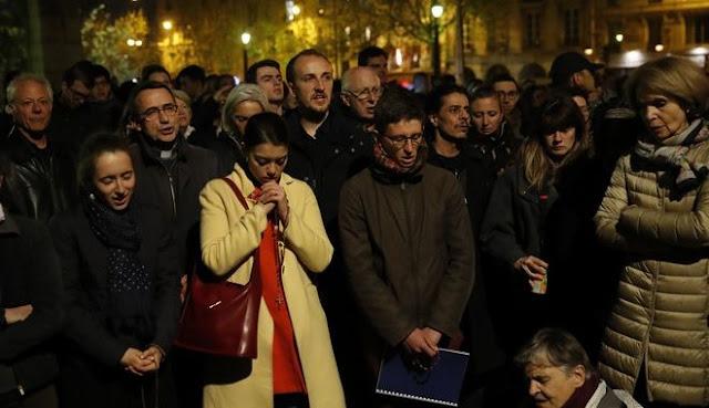 Φωτιά στην Παναγία των Παρισίων: Σοκ, θλίψη, απόγνωση... Κάτοικοι και τουρίστες παρακολουθούν την καταστροφή