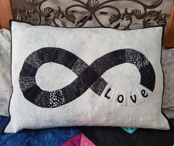 Infinity pillow | DevotedQuilter.com