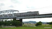 鉄橋を渡る電車の写真