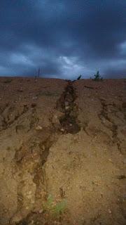 Tragédia anunciada: barreiro inacabado começa a ruir na zona rural de Picuí