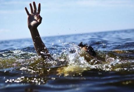 Mất tích khi đang tắm biển với bạn học