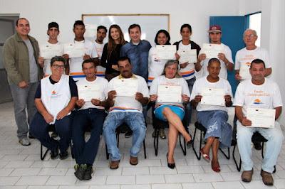 Fundo Social de Solidariedade entrega certificados aos alunos do curso de Pedreiro da Escola da Construção Civil