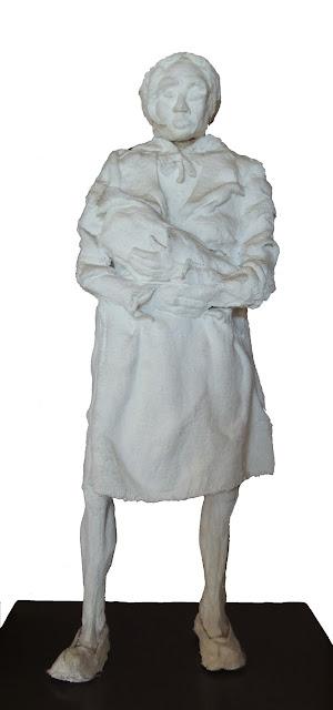 escultura al yeso de Francesc Anglès mujer a pie con su hijo en las brazos