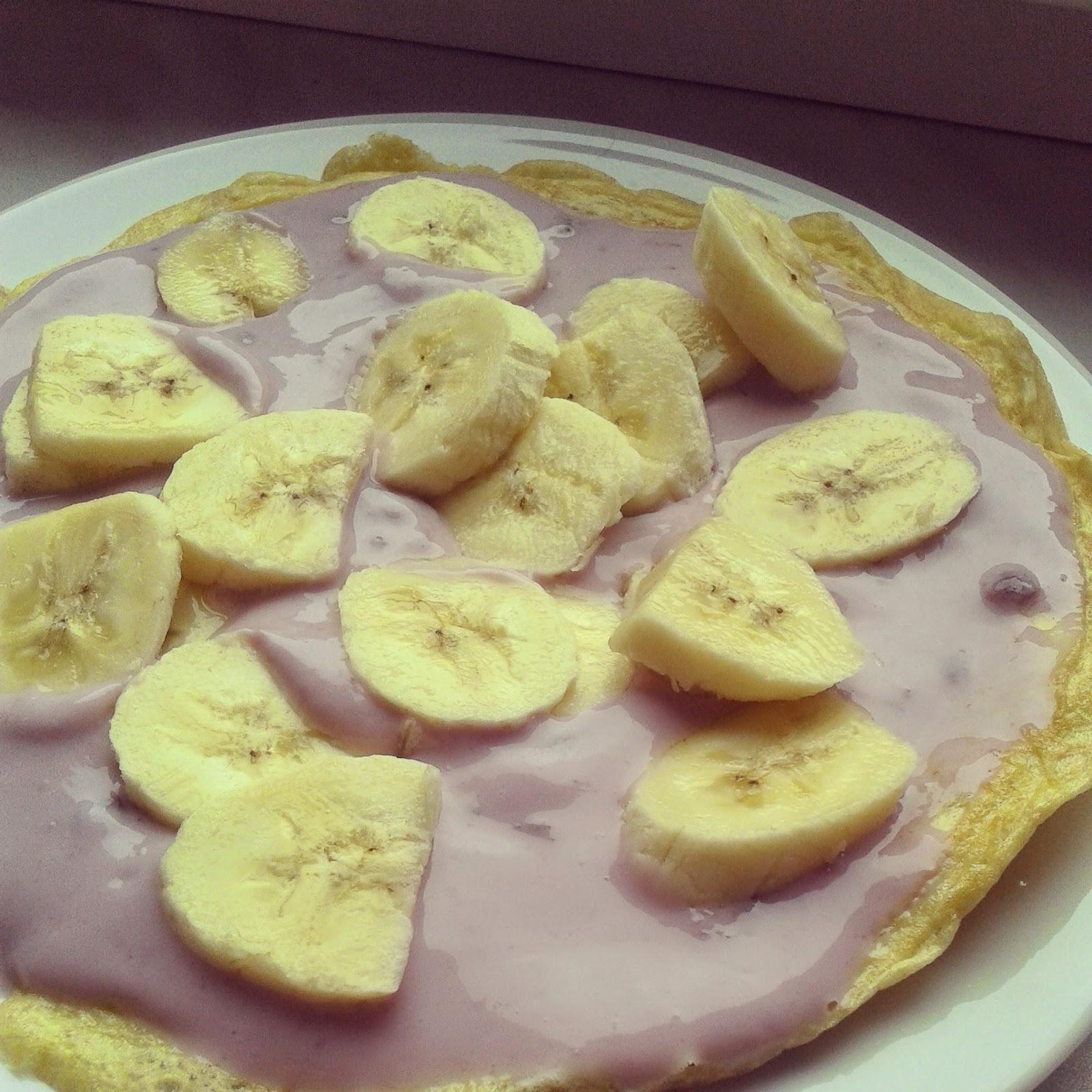 Omlet z jogurtem jagodowym i bananem
