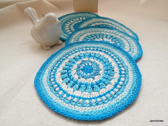 szydełkowe serwetki w niebieskiej kolorystyce