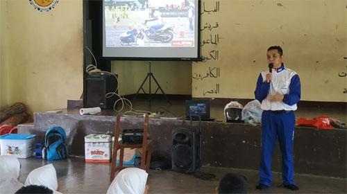 MATERI : Safety Riding Instructor, Dony Adrian, saat memberikan materi di sekolah tersebut. Foto Astra Motor Pontianak