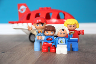 Duplofiguren vor Flugzeug