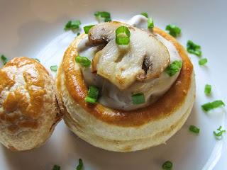 что такое волованы, как приготовить волованы, с чем готовят волованы, волованы рецепт, приготовление волованов в домашниъ ксловиях, тесто для волованов рецепт, с чем можно приготовить волованы, начинки для волованов,  волованы, пирожные, волованы с кремом, волованы десертные, крем заварной, пирожные слоёные, слойки, тесто слоеное, рецепты, из теста, выпечка, коллекция рецептов, волованы закусочные, волованы десертные, закуски праздничные, десерты праздничные, http://prazdnichnymir.ru/, волованы, волованы десертные, волованы закусочные, выпечка, десерты праздничные, закуски праздничные, из теста, коллекция рецептов, крем заварной, пирожные, рецепты, пирожные слоёные, слойки, тесто слоеное, волованы с фруктами, волованы с ягодами, волованы с шоколадом, волованы со сливками, фрукты, ягоды, сливки взбитые, шоколад, кремы десертные