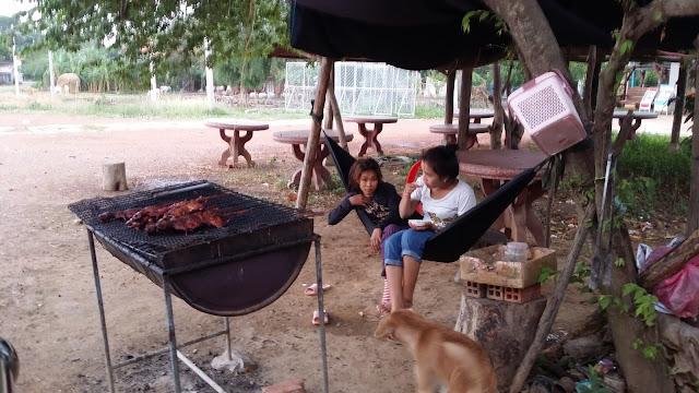 Gasolinera y venta de snacks en las afueras de Battambang