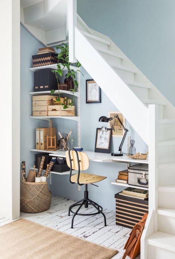Oficina bajo la escalera