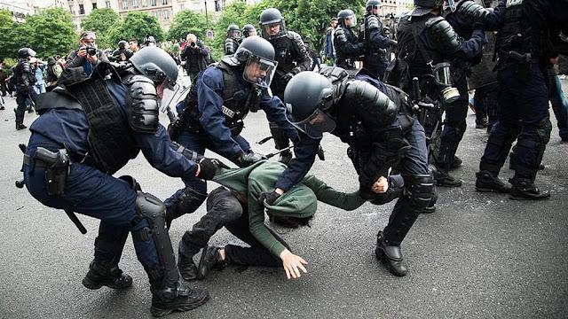 Fransa polisi haklarını arayan vatandaşlarına şiddetli müdehale etti