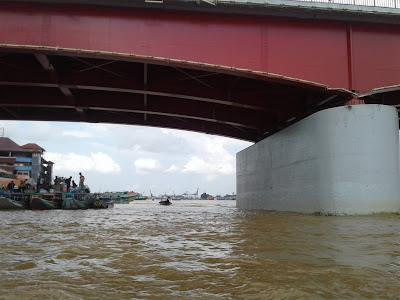 Melihat lokasi bawah jembatan ampera palembang