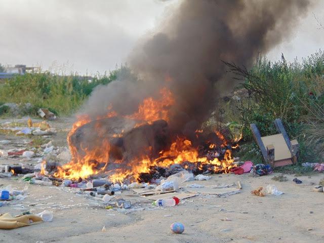 Μικρές εστίες φωτιάς τώρα πίσω από το ιδιωτικό ΚΤΕΟ (προς την Ν. Έφεσο)