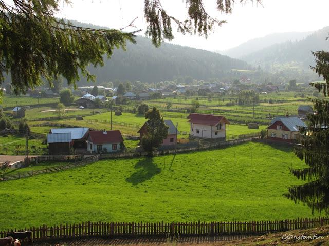 Moldoviţa - Vedere spre sat de pe culmea de lângã mãnãstire - blog Foto-Ideea