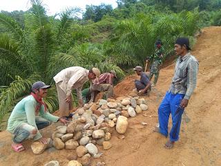 Gontong royong TNI dan Masyarakat Terlihat Di kampung Air Kalam TMMD Kodim 0311/Pessel