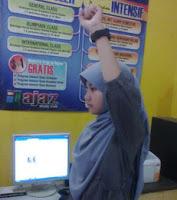 gerakan trisep di kantor, melatih otot lengan untuk orang sibuk