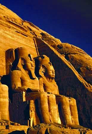 Figuras de piedra arenisca de Ramses II delante del templo principal en Abu Simbel cerca de Aswān, Egipto.