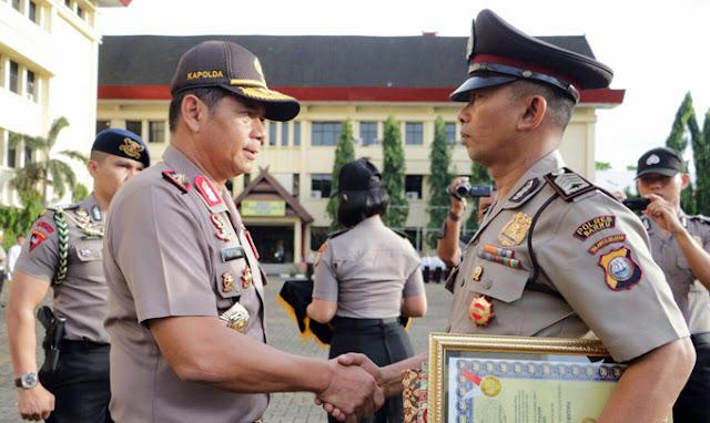 Ikhlas Bantu Orang Gila, Polisi Ini Dapat Penghargaan dari Kapolda Sulsel
