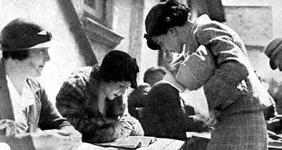 Γυναίκες ψηφοφόροι στις κάλπες το 1934. Δικαίωμα ψήφου δόθηκε στις κυρίες άνω των 30 ετών που είχαν τελειώσει το Δημοτικό