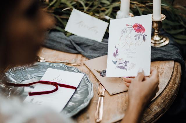 Papeteria z motywem fioletowo-bordowych kwiatów White Letters, stylizowana sesja zdjęciowa Bridal Blog.