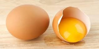 Rendah kalori Selain mampu meningkatkan kadar HDL tubuh yang mampu menurunkan kadar lemak jahat dalam tubuh, ternyata kalori dalam sebutir telur pun sangat minim. Sehingga tak heran jika manfaat telur sangat populer untuk melakukan diet.    Tak cukup disini, dengan mengonsumsi telur maka perut Anda pun akan merasa kenyang lebih lama sehingga nafsu makan akan menurun.    8. Untuk pasien kemoterapi Bagi Anda yang pernah melakukan kemoterapi atau melihat langsung bagaimana prosesnya, mungkin yang ingin Anda lakukan adalah memisahkan mereka bukan? Ya meskipun nantinya akan mengalami sedikit kendala pada ini menjadi terasa lebih ringan.    9. Kekebalan tubuh Siapa bilang sumber makanan hewani hanya banyak mengandung nutrisi, kalsium dan omega 3? Tanpa Anda ketahui, ternyata telur juga memiliki kandungan selenium, yaitu kandungan gizi yang menyebabkan manfaat telur begitu beragam seperti mampu meningkatkan sistem kekebalan tubuh.    Dengan banyak mengonsumsi telur serta menjaga pola hidup sehat, maka serangan virus berbagai penyakit tidak akan menjadi masalah lagi, sebab kekebalan tubuh sudah terjaga dengan baik.    10. Bagus untuk rambut dan kuku Benar sekali, manfaat telur yang satu ini mungkin tidak Anda sangka-sangka. Dengan bentuk dan aromanya yang cukup menyengat, siapa yang menyangka jika bahan makanan kaya gizi ini bagus kesehatan dan keindahan rambut serta kuku Anda.    Kandungan vitamin A, E, B12 dan sulfur yang terkandung dalam telur mampu mencukupi kebutuhan nutrisi rambut dan kuku Anda. dengan penggunaan yang teratur rambut akan menjadi lebih indah dan berkilau. Begitu juga kuku Anda yang akan menjadi lebih berkilau dan kuat.    11. Masker wajah Dari berbagai banyaknya masker alami untuk wajah Anda, mungkinkah telur menjadi salah satu favorit Anda? dimana masker telur ini memiliki manfaat yang begitu beragam, mulai dari untuk menghilangkan komedo, jerawat, mencerahkan dan mengencangkan kulit serta masih banyak lainnya.  Sayangnya manfaat telur ini hanya bisa 