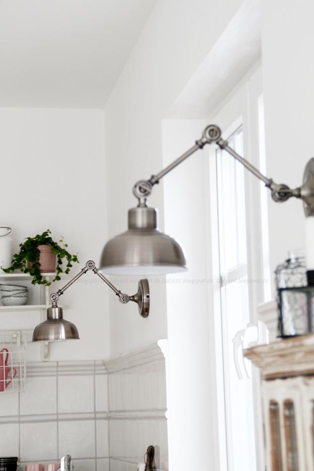 Mit leichten Pastellfarben zieht der Frühling in die Küche ein! Küchenumstyling mit neuen Gelenk-Lampen! Blick auf den Küchentresen mit rosa Accessoires
